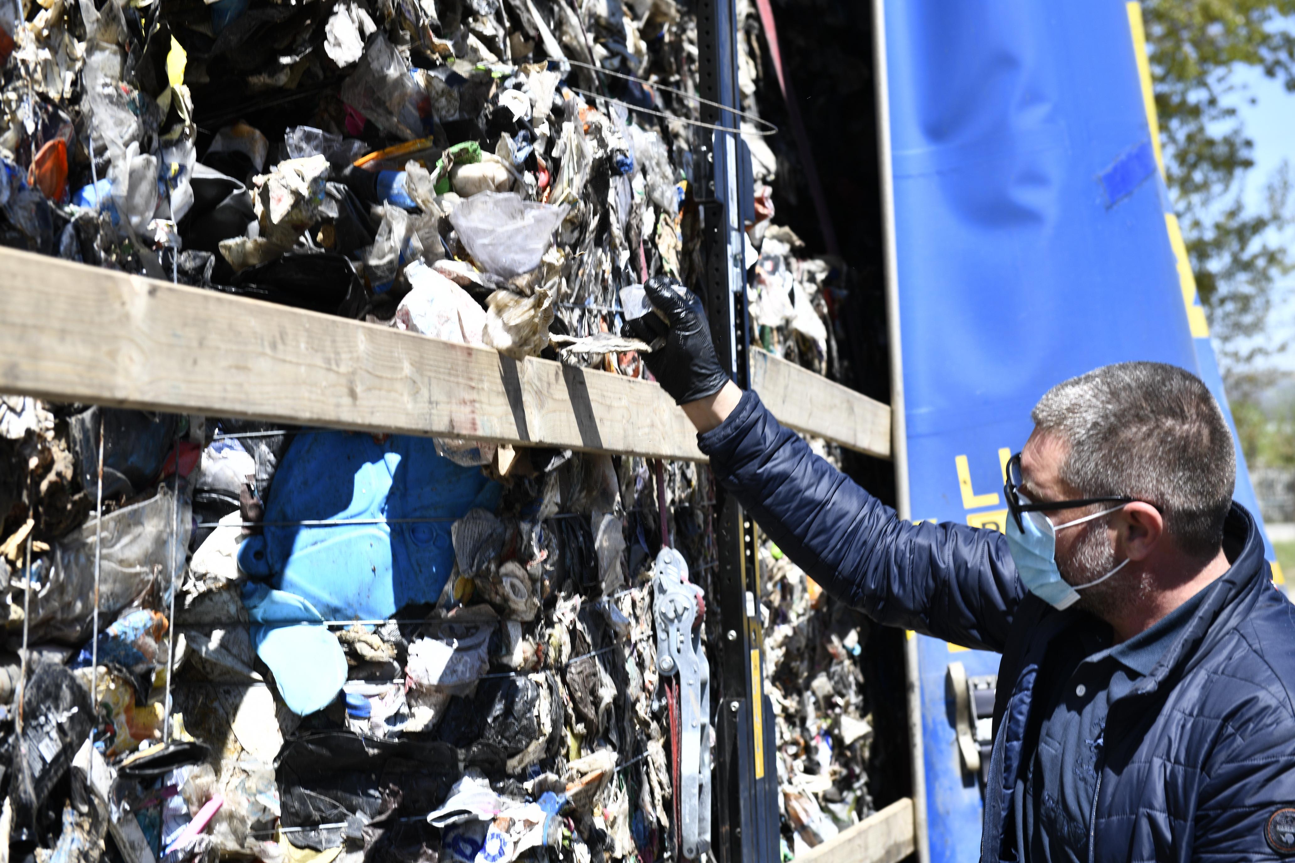 Un nou tir cu gunoaie la graniţa României. 20.000 de kg de deşeuri descoperite la Giurgiu