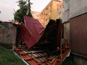 FOTO Efectele fenomenelor meteo extreme: acoperişuri smulse şi copaci doborâţi. Un copil a murit / Trafic feroviar afectat
