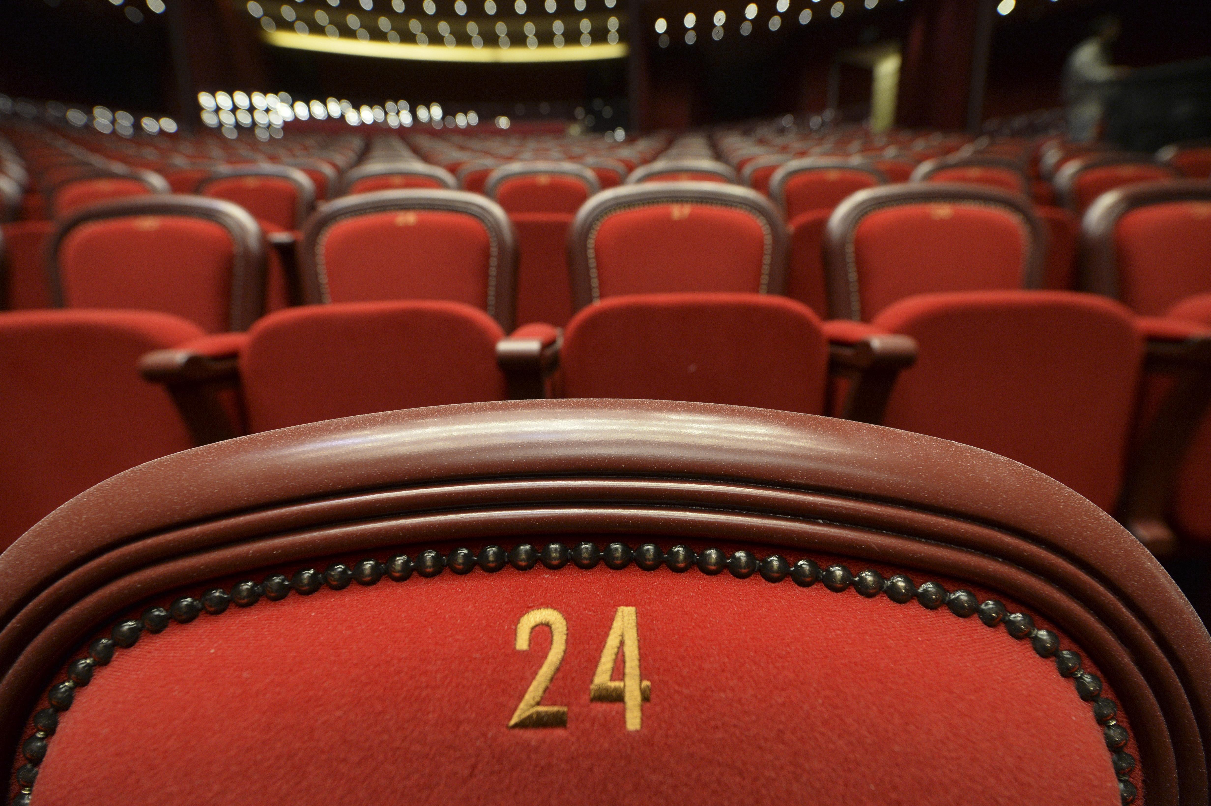 Sălile de spectacole, la 50% din capacitate, în localităţile unde incidenţa e peste 3 cazuri la mie