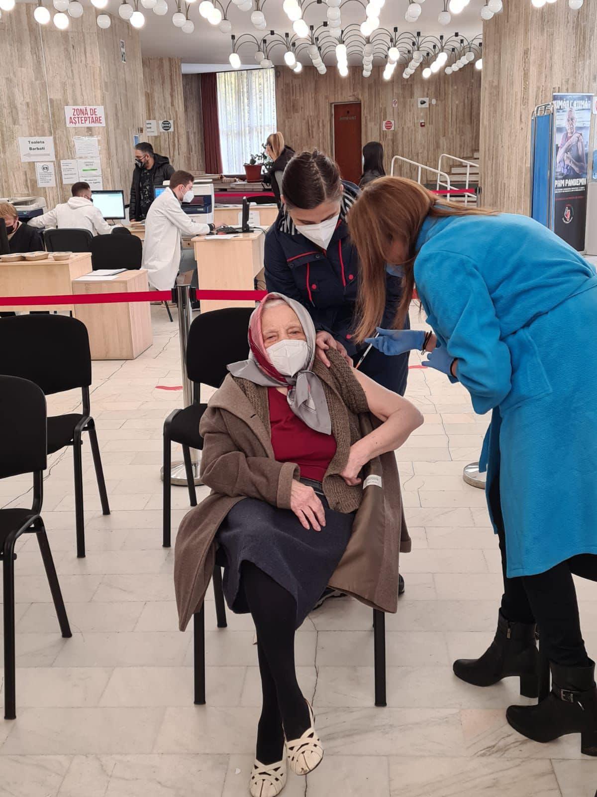 O femeie în vârstă de 105 ani a mers să-şi facă a treia doză de vaccin