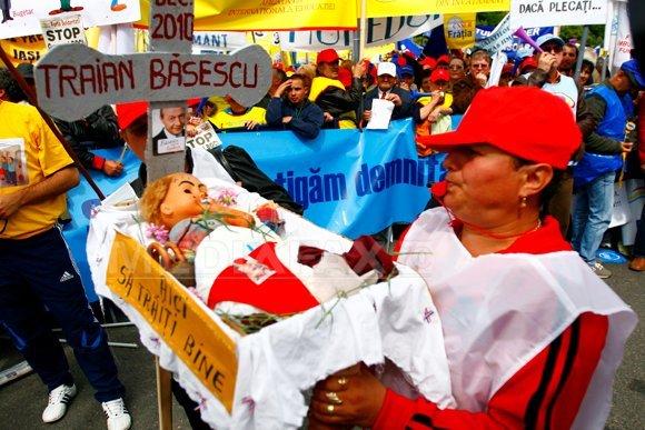 """Zeci de mii de sindicalişti în Piaţa Victoriei: """"Ne-aţi ciuruit, vă ciuruim"""", """"Vă dăm 25% din salarii dacă plecaţi"""" (Imagine: Adriana Neagoe/Mediafax Foto)"""