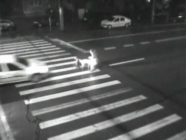 Taximetrist arestat după ce a accidentat o femeie pe trecerea de pietoni - VEZI VIDEO