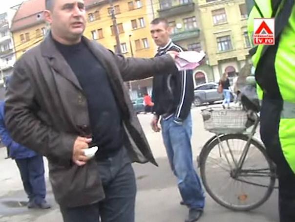 Bărbat filmat în timp ce şi-a scos penisul la poliţişti, în plin centrul Timişoarei - VIDEO