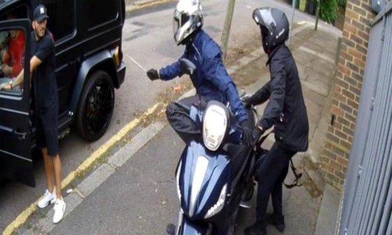 Imaginea articolului Jucătorii lui Arsenal, Mesut Ozil şi Sead Kolasinac, atacaţi de doi bărbaţi înarmaţi pe străzile din Londra   VIDEO