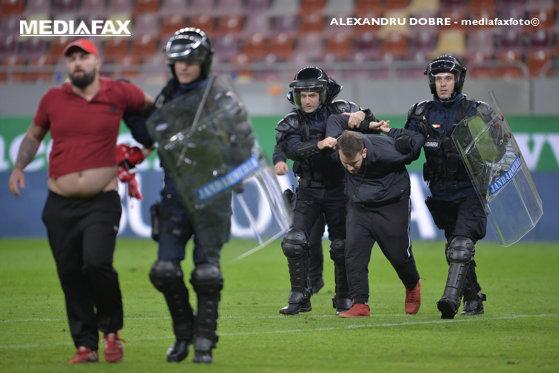 Imaginea articolului Bătaie după derby-ul FCSB-Dinamo: Zece persoane, amendate şi interzise pe stadion / Organizatorii meciului şi firma de securitate, amendaţi cu câte 5.000 de lei - GALERIE FOTO