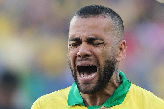 Imaginea articolului Dani Alves, atacat de un roi de viespi în timpul unui meci de fotbal. Un jucător şi-a tras tricoul peste cap - VIDEO