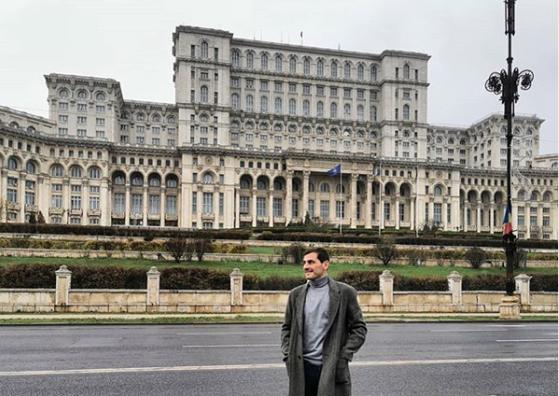 Imaginea articolului Iker Casillas, la Bucureşti. Celebrul portar s-a fotografiat în faţa Palatului Parlamentului