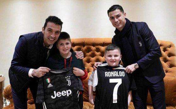 Imaginea articolului Cristiano Ronaldo şi Gianlugi Buffon, surpriză pentru doi copii care au supravieţuit cutremurului din Albania. FOTO, VIDEO