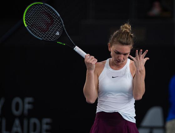 Imaginea articolului Simona Halep, eliminată în sferturile de finală, de la WTA Adelaide. Românca a fost învinsă în două seturi de Aryna Sabalenka