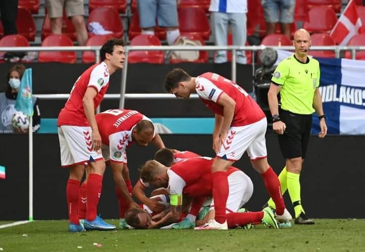 Panică la EURO 2020. Christian Eriksen s-a prăbuşit pe teren în timpul meciului Danemarca-Finlanda/ UEFA: Jucătorul a fost stabilizat/ UPDATE Meciul s-a reluat