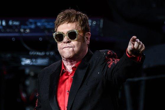 Imaginea articolului Elton John va fi decorat de Emmanuel Macron cu Legiunea de Onoare