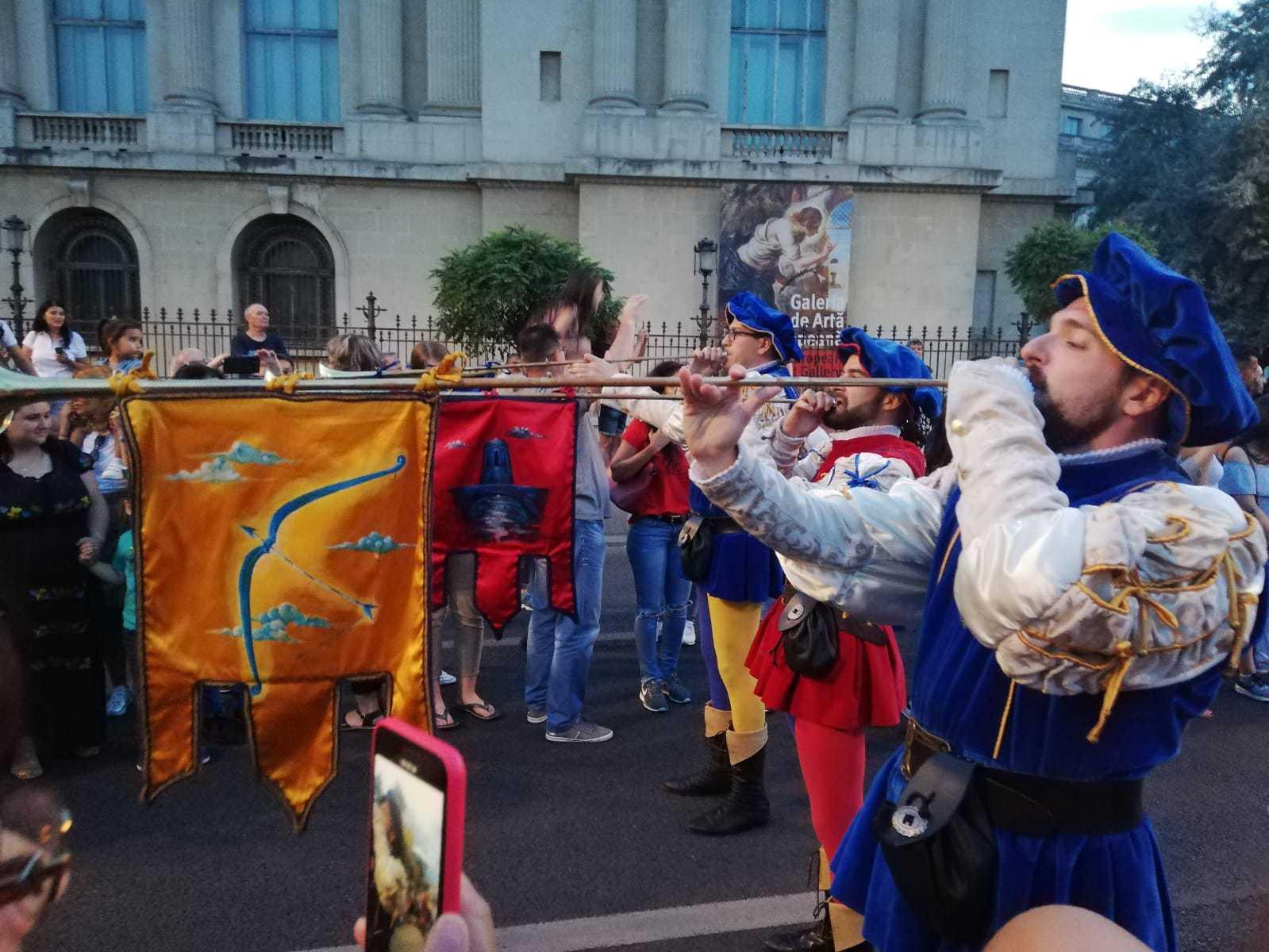 Atmosferă de carnaval în Capitală. Parada B-FIT i-a scos pe bucureşteni în stradă şi a adunat 200 de artişti internaţionali   FOTO, VIDEO