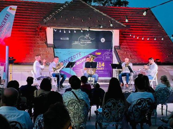 Imaginea articolului Cvintetul de alamă Tromba Felix a concertat pe acoperişul Filarmonicii din Sibiu