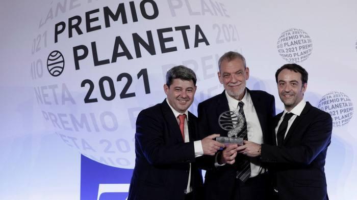 Scriitoarea care a câştigat un premiu literar de un milion de euro s-a dovedit a fi trei bărbaţi