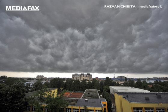 Imaginea articolului ALERTĂ METEO: Ploi torenţiale, descărcări electrice, vijelii şi căderi de grindină în toată ţara/ Cât de mult va scădea temperatura în Bucureşti