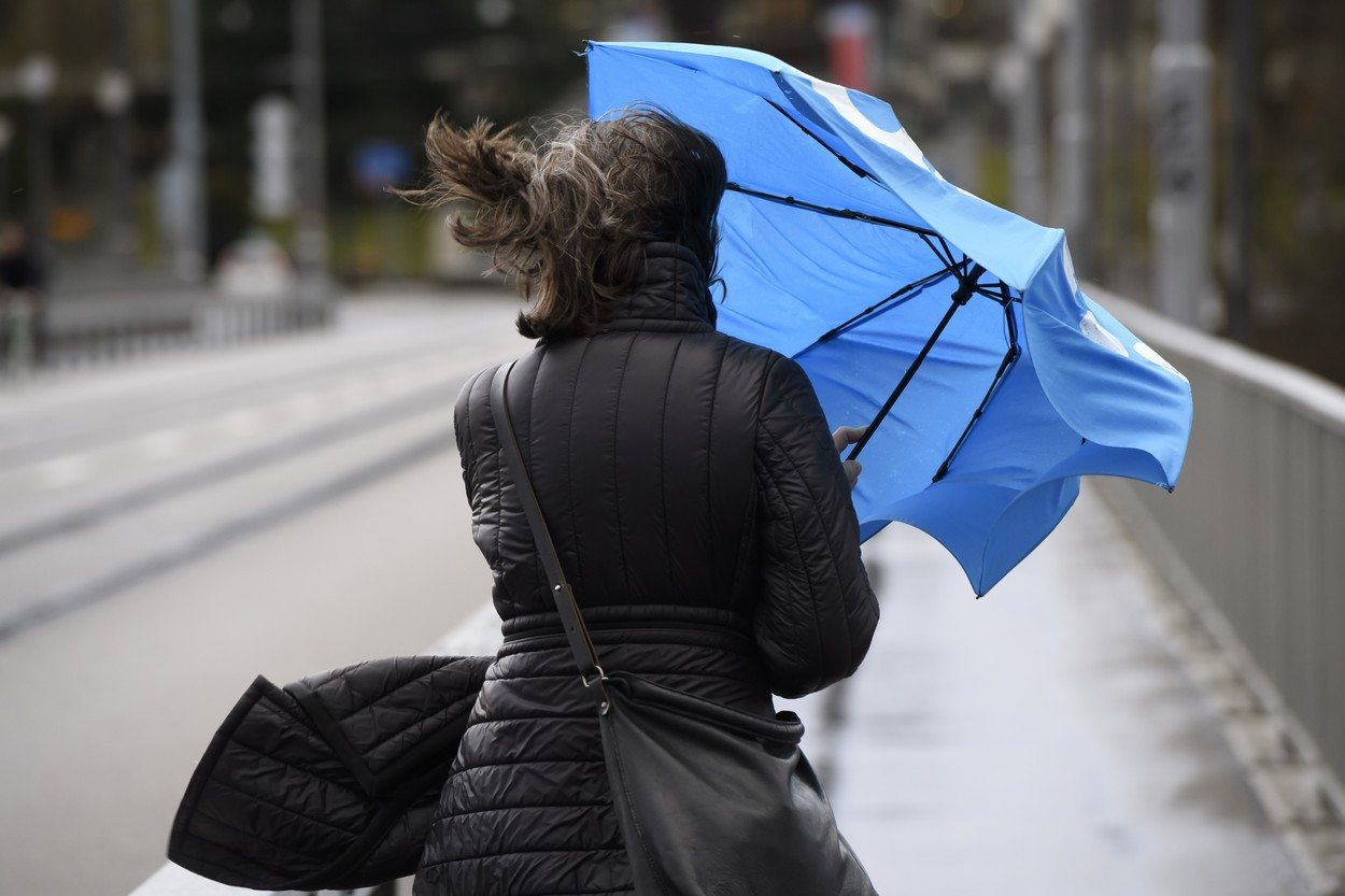 Avertizare ANM. Vreme rea până duminică. Noi coduri galbene de ploi, vijelii şi grindină