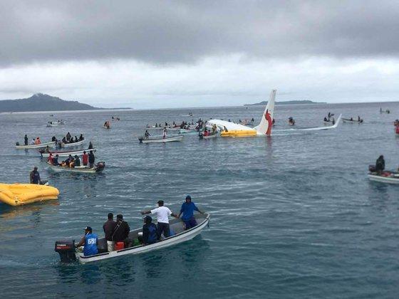 Imaginea articolului AVION prăbuşit în Oceanul Pacific. Cum au reuşit să se salveze toţi pasagerii