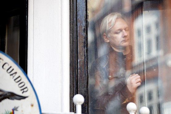 Imaginea articolului Julian Assange, refugiat în Ambasada Ecuadorului din Londra. O instanţă îi respinge plângerea legată de încălcarea drepturilor sale