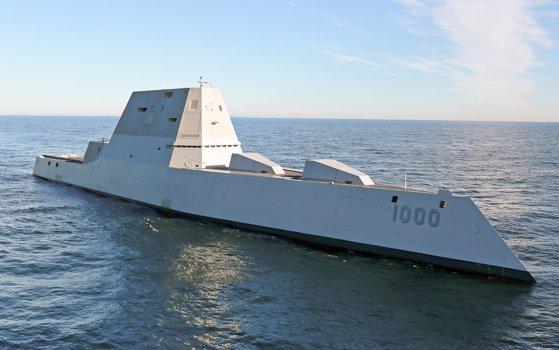 Imaginea articolului Forţele Navale SUA semnalează probleme la distrugătoarele Zumwalt, un proiect de miliarde de dolari. Preţul uriaş pe care îl are un proiectil folosit de sistemul de artilerie al navei