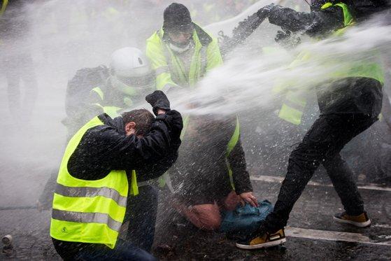 Imaginea articolului LIVE Proteste violente în Franţa. UPDATE: Tunuri de apă folosite la Paris. Peste 31 000 de oameni participă la acţiuni în toată ţara/ Mobilizare masivă a forţelor de ordine/ Un protestatar a fost lovit de un vehicul | LIVE TEXT