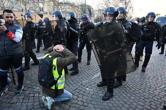 Imaginea articolului Stare de asediu în Franţa. Aproape 1400 de persoane reţinute, dintre care 974 arestate preventiv, după incidentele violente de sâmbătă
