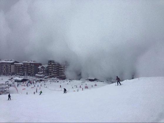 Imaginea articolului Mai mulţi răniţi după ce o avalanşă a lovit un hotel din Elveţia