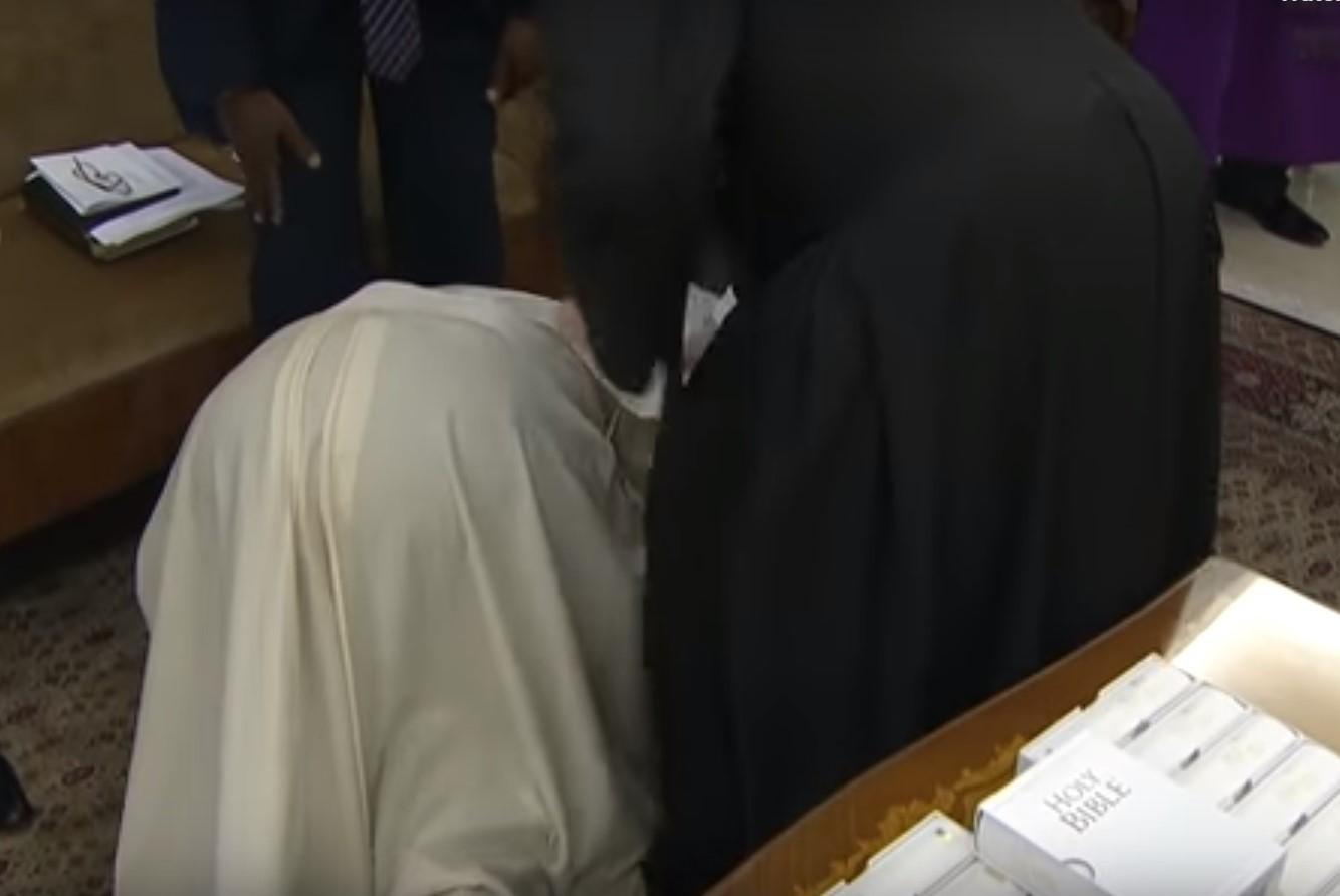 Gest istoric în numele păcii. Papa Francisc le-a sărutat picioarele foştilor doi rivali politici din Sudanul de Sud | VIDEO