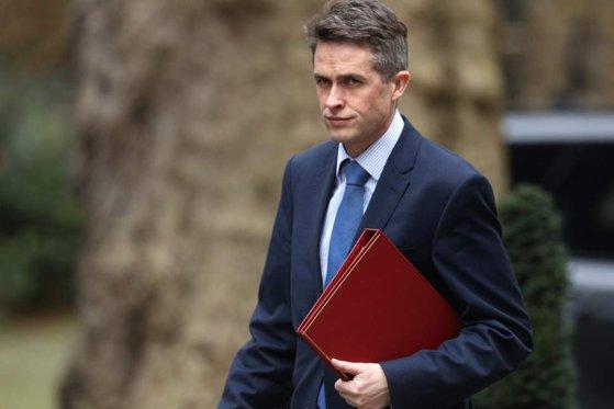 Imaginea articolului Scandalul Huawei. Ministrul britanic al Apărării a fost demis de Theresa May/ Gavin Williamson neagă acuzaţiile privind scurgerile de informaţii printr-o SCRISOARE deschisă | FOTO