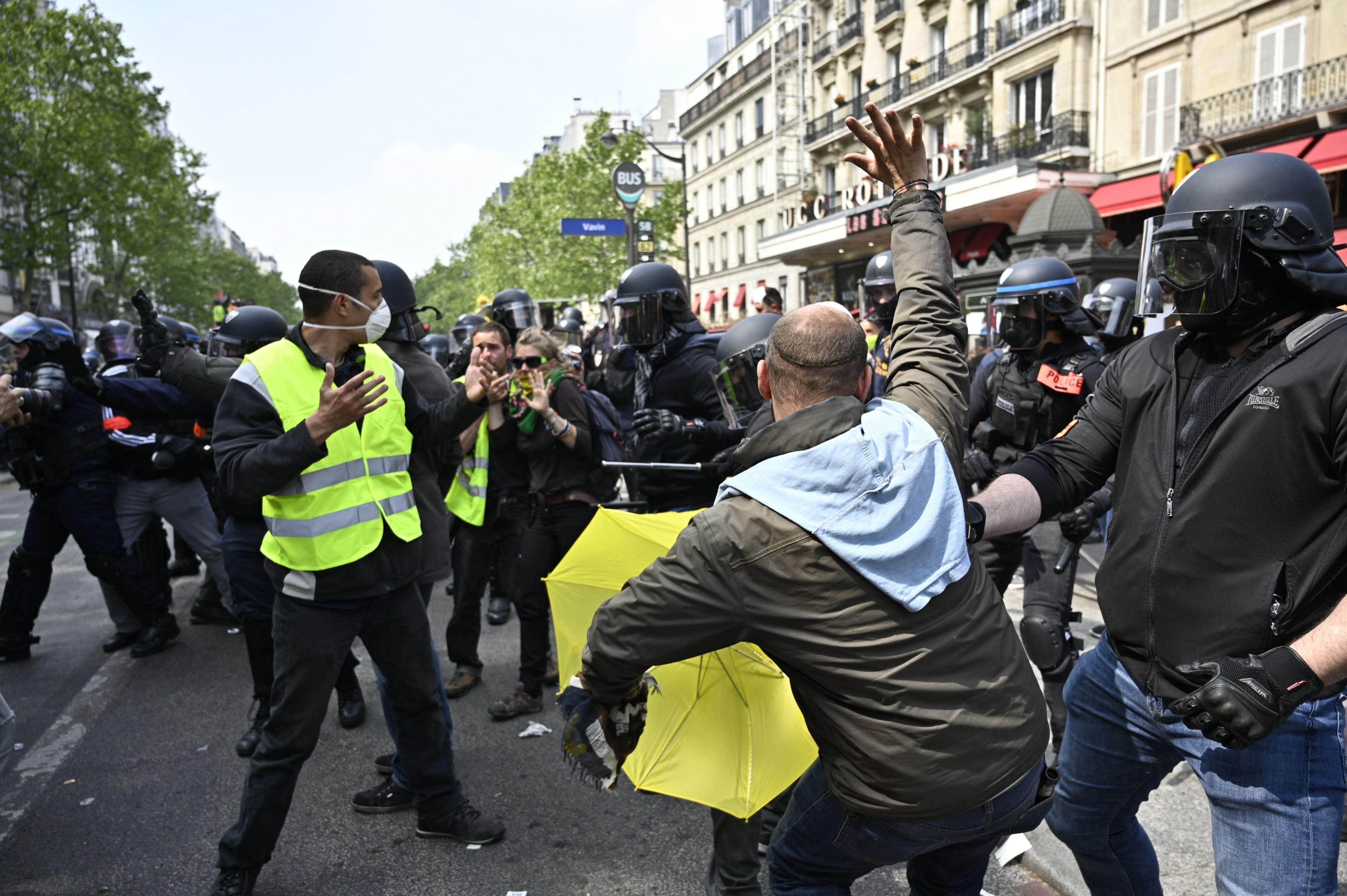 """Paris: """"Vestele galbene"""" au încercat să forţeze intrarea într-o secţie a spitalului unde a murit Prinţesa Diana"""