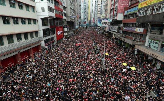 Imaginea articolului Proteste masive în Hong Kong: Sute de mii de persoane cer demisia şefei Executivului, Carrie Lam | FOTO, VIDEO