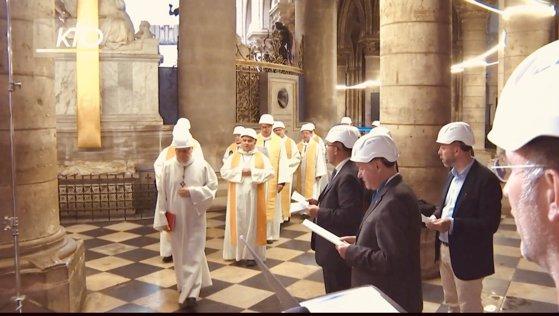 Imaginea articolului Preoţii au oficiat, cu căşti de protecţie pe cap, prima slujbă după incendiul devastator de la Notre-Dame