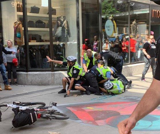 Imaginea articolului Incident armat la o paradă în Toronto: Cel puţin patru răniţi/ Momentul în care unul dintre atacatori este prins de poliţişti | VIDEO