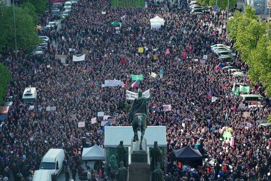 Imaginea articolului Aproximativ un sfert de milion de cehi au ieşit în stradă la Praga, cerând demisia premierului Babis