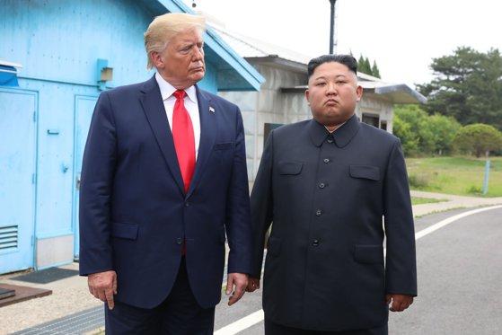 Imaginea articolului Întâlnire ISTORICĂ în zona demilitarizată: Ce au discutat Donald Trump şi Kim Jong-Un în spatele uşilor închise/ Preşedintele american l-a invitat pe liderul nord-coreean la Washington
