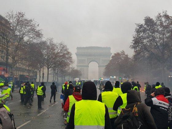 Imaginea articolului LIVE Proteste la Paris de Ziua Naţională a Franţei. Poliţia foloseşte gaze lacrimogene, după ce vestele galbene au ocupat cu baricade bulevardul Champs Elysees