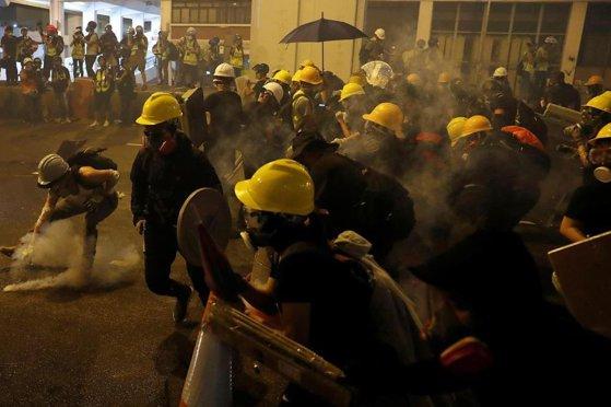 Imaginea articolului Protestele din Hong Kong: Poliţia a folosit gaze lacrimogene şi gloanţe de cauciuc/ Indivizi mascaţi au agresat mai multe persoane într-o gară din oraş | FOTO, VIDEO