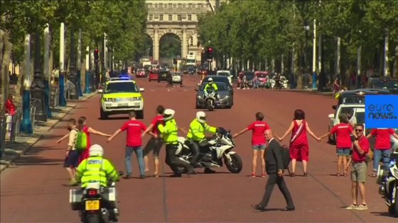 Imaginea articolului Incident la Londra: Mai mulţi ecologişti au încercat să îi blocheze drumul lui Boris Johnson spre Palatul Buckingham | VIDEO