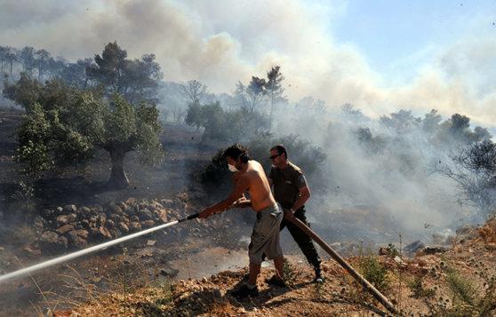 Imaginea articolului INCENDIU masiv la Atena: Mai multe case au fost avariate/ Autorităţile au decis evacuarea unei zone întinse