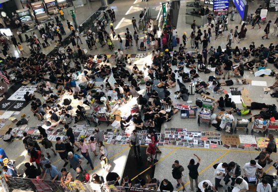Imaginea articolului Zboruri reluate la Hong Kong după ce aeroportul a obţinut o interdicţie contra protestatarilor