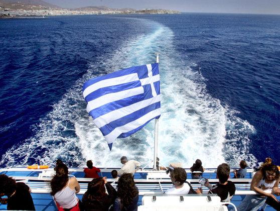 Imaginea articolului Turiştii blocaţi pe insula Samothraki, din Grecia: Sute de străini, inclusiv români, evacuaţi începând de astăzi. Autorităţile au închiriat o navă rapidă după ce feriboturile s-au defectat | FOTO