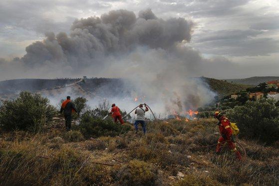 Imaginea articolului STARE DE URGENŢĂ pe insula grecească Evia din cauza unui incendiu masiv de vegetaţie: Sute de oameni, evacuaţi