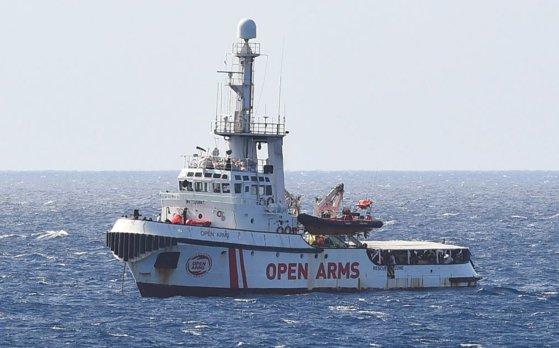 Imaginea articolului Italia permite debarcarea minorilor de la bordul navei pentru imigranţi Open Arms
