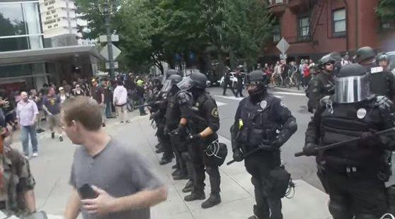 Imaginea articolului Violenţe în SUA între demonstranţi de extremă-dreapta din Portland şi contramanifestanţi de extremă-stânga: Cel puţin 13 persoane au fost reţinute | VIDEO