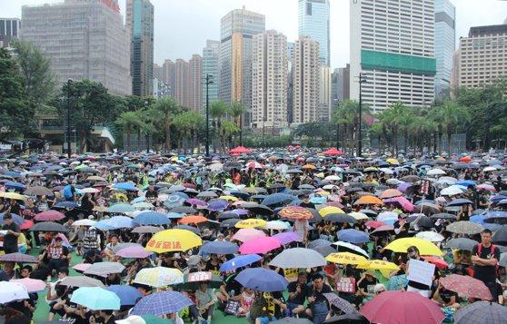 Imaginea articolului Protest PAŞNIC la Hong Kong: Activiştii pro-democraţie încearcă să recâştige sprijinul populaţiei/ Peste 100.000 de persoane participă la manifestaţie | FOTO, VIDEO