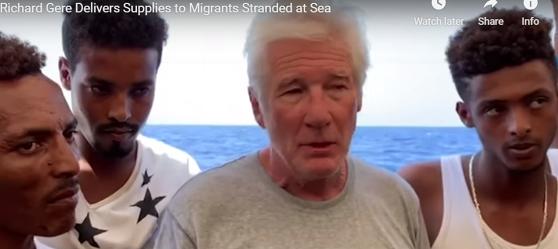 Spania oferă cel mai apropiat port pentru debarcarea imigranţilor de pe nava Open Arms, la bordul căreia a urcat actorul Richard Gere