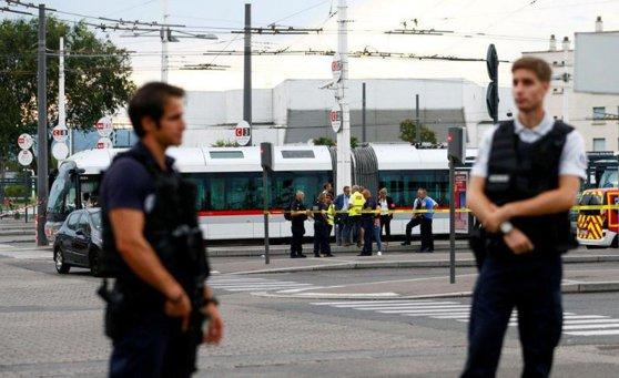 Imaginea articolului Incident în Franţa. Cel puţin un mort, după ce un individ înarmat cu un cuţit a atacat mai multe persoane | VIDEO