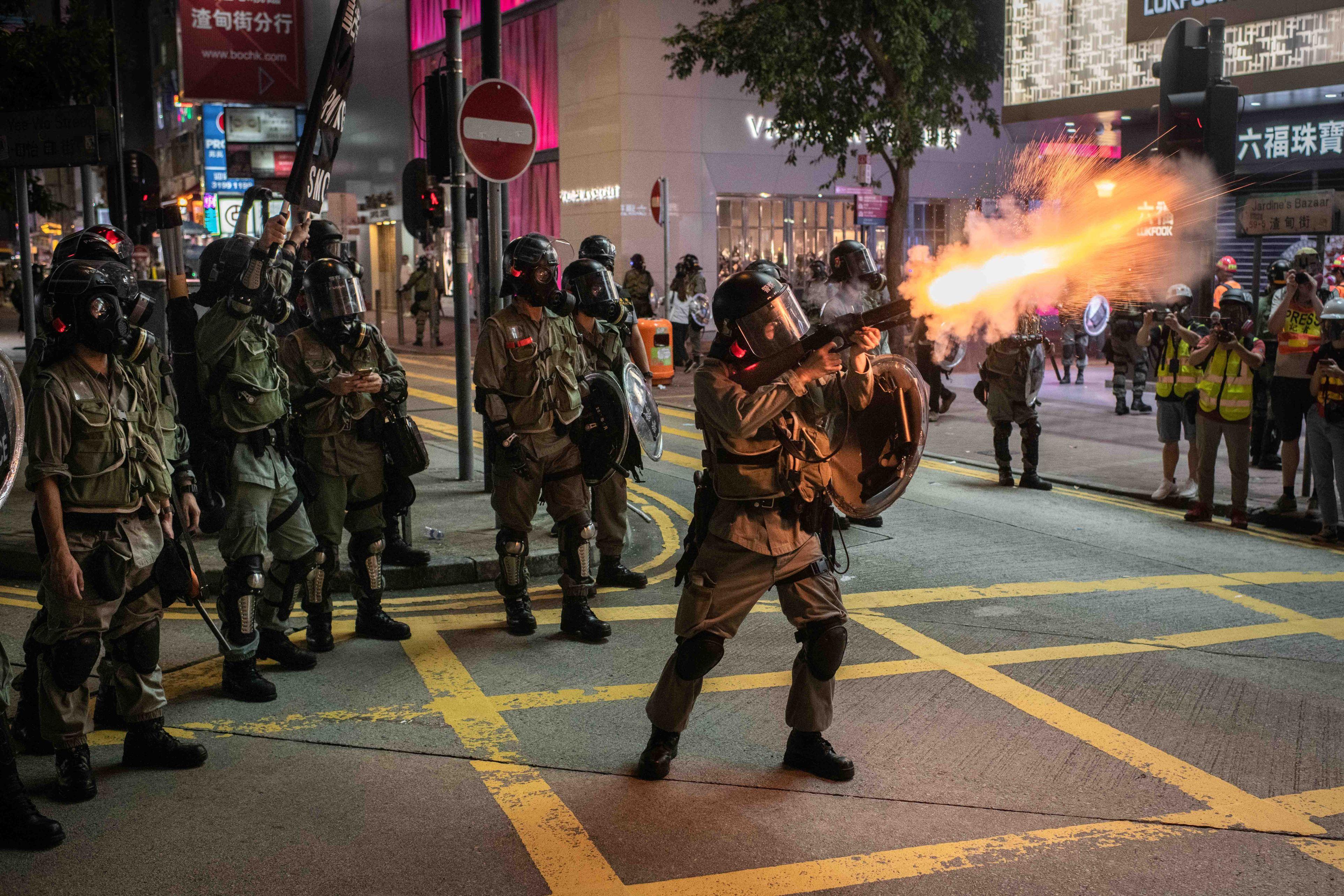 Noi proteste violente la Hong Kong: Poliţia a folosit tunuri cu apă şi gaze lacrimogene pentru a dispersa mulţimea | VIDEO