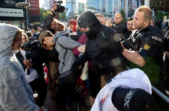 Imaginea articolului Proteste masive la Salonul AUTO de la Frankfurt: Sute de manifestanţi au blocat mai multe intrări | FOTO, VIDEO