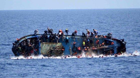 Imaginea articolului O ambarcaţiune cu peste 50 de imigranţi la bord s-a răsturnat în largul Libiei