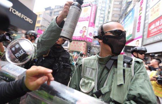 Imaginea articolului Confruntări violente la Hong Kong: Poliţia a folosit gaze lacrimogene pentru a dispersa protestatarii | FOTO, VIDEO